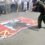 ANAK NKRI Bakar Bendera Merah Bergambar Babi Moncong Putih, Simbol PKI dan Replika RUU HIP