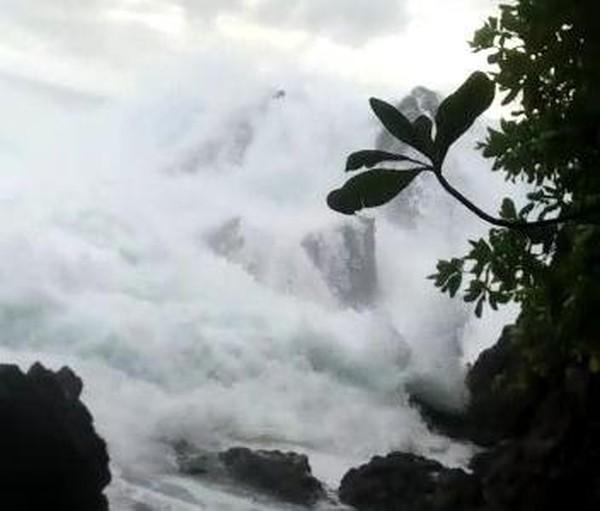 Detik-detik Video Dihantam Ombak Saat Foto, Kakak-Adik di Nisel Jatuh dari Batu Karang 10 Meter