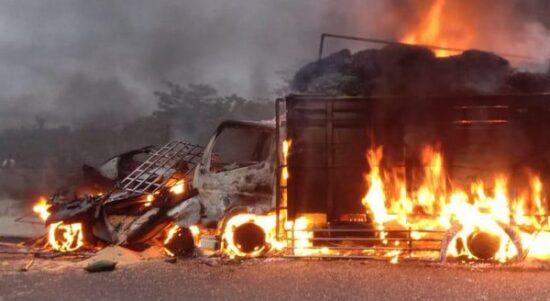 Mobil dan Truk Kecelakaan Lalu Terbakar di Jalan Tol...