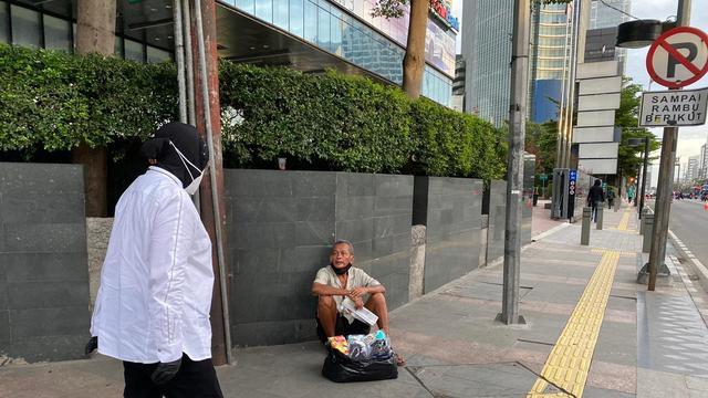 Warganet Merasa Aneh, Tetiba Ada Tuna Wisma di Jl. Sudirman-Thamrin Saat Risma Blusukan