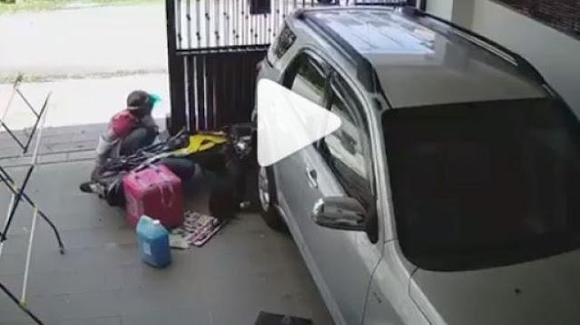 Emak-emak naik motor menabrak pagar rumah orang, anjing menggonggong menjadi biang keroknya (Instagram)