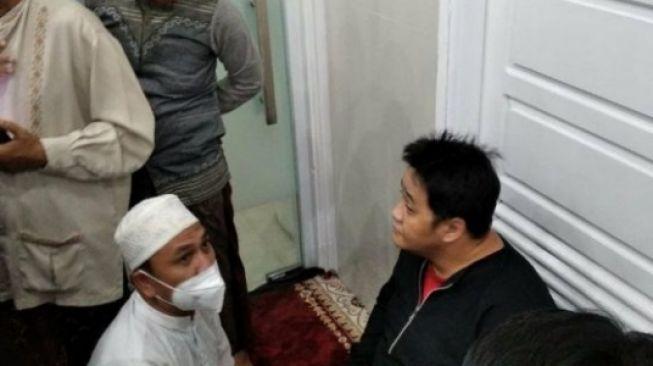 HEBOH! Pria Bercadar Sholat di Shaf Wanita, Jamaah Curiga dari Suara Keras